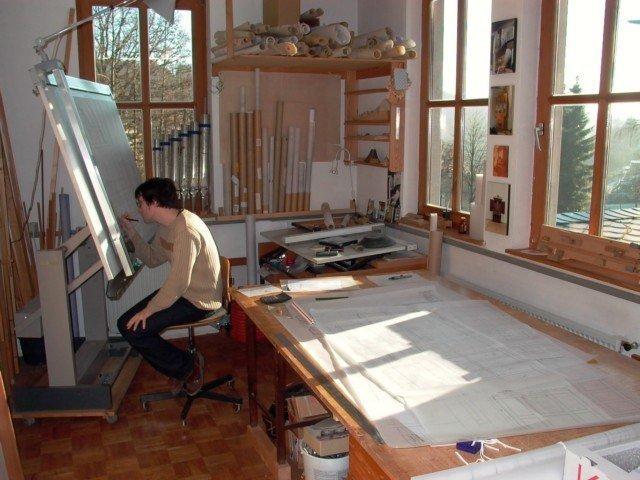 Hier der Orgelbauer bei der Arbeit.  Dreht man sich um 180°, ...