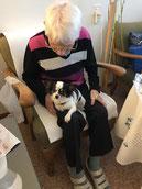 Sandra mit Lea im Altersheim