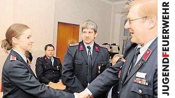 Henry Schwarzer (rechts) gratuliert im Beisein von Jugendwart Andreas Drachsler (Mitte) der Stellvertreterin Ute Stöhr. (Foto: camera900.de)