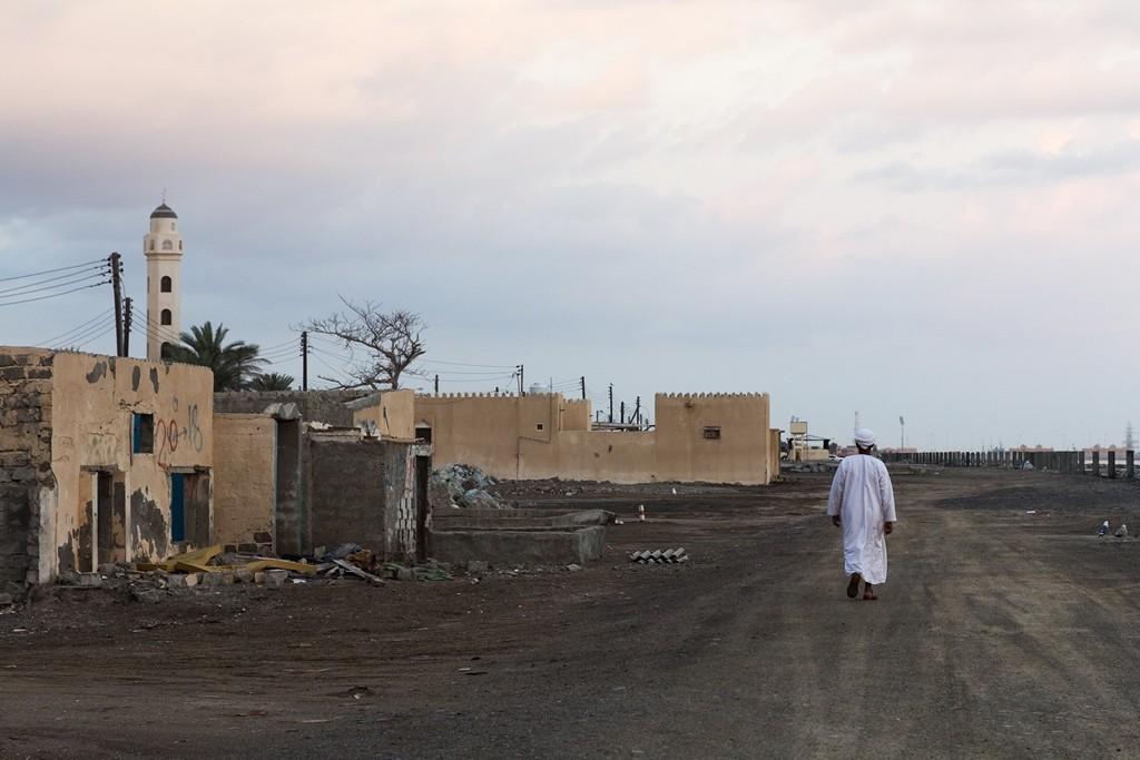 Auch wenn es in Wudam Al Sahir derzeit nicht überall nach Reichtum aussieht. Der Küstenort unweit des Millennium Resorts wurde 2013 durch Überflutungen nach anhaltenden Regenfällen fast vollständig zerstört. Foto: Jeanette Dobrindt