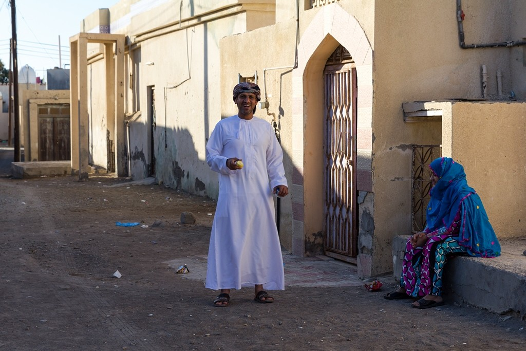 Die Frauen in Wudam Al Sahir tragen farbenfrohe Kleider, die Männer gehen häufig in der traditionellen omanischen Dishdasha. Foto: Jeanette Dobrindt