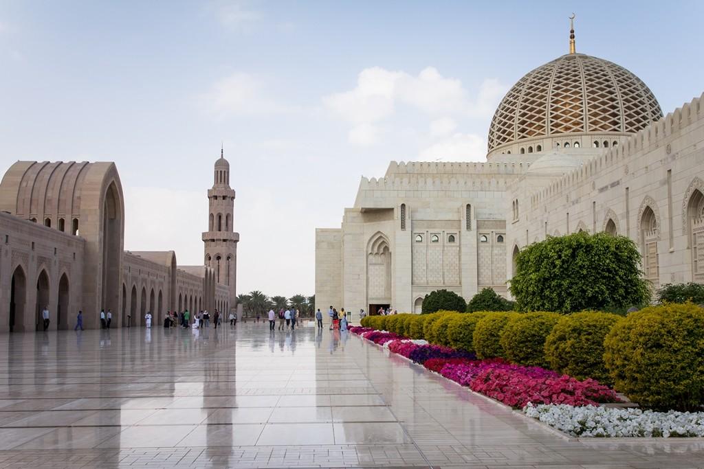 In der Hauptstadt Maskat spiegelt sich der Reichtum des Sultanats wider: nicht nur rund um die SultanQabus-Moschee glänzt der Stolz des Landes. Auch die weniger gut betuchten Menschen im Land führen ein gutes Leben. Foto: Jeanette Dobrindt