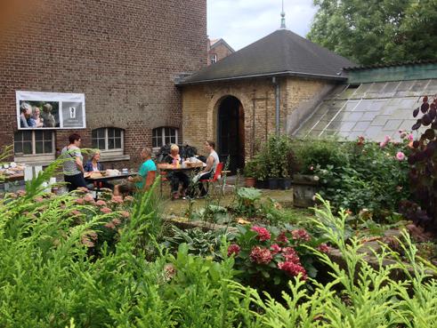 penningen boetseren in de kloostertuin tijdens kunstdagen Wittem
