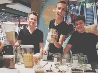 """Sommerunternehmer Fabian, Lukas und Pascal mit """"MuesliYard"""" beim Verkauf im MERCADO, Futurepreneur"""