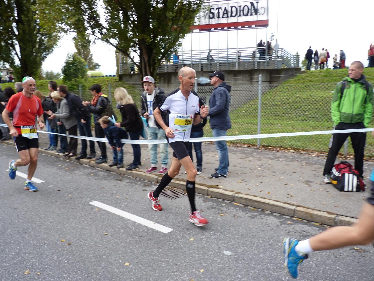 Manfred kurz vor dem Ziel - Halbmarathon Zeit: 1:37:28