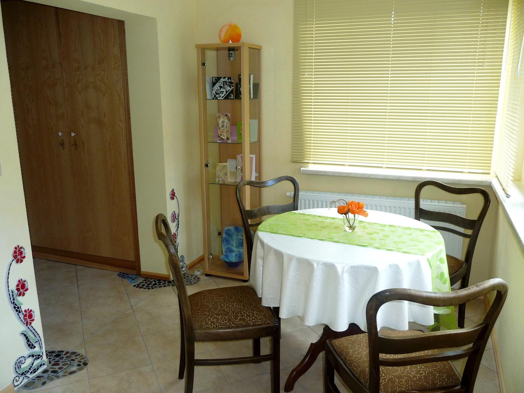 Die Sitzecke in der Diele - mit Stil und Blüte und natürlich viel Platz zum gemütlichen Speisen.