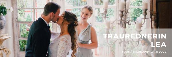Das Brautpaar küsst sich bei einer freien Trauung mit Lea Melle.