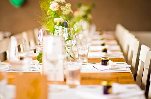 Die Tische sind festlich dekoriert.