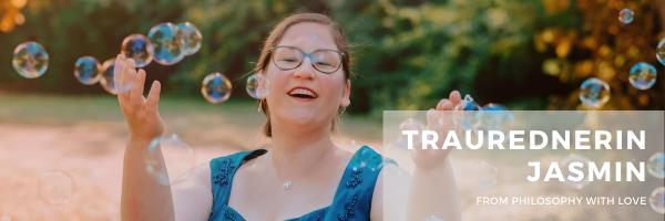 Hochzeitsrednerin Jasmin von Philosophy Love  aus Düsseldorf lächelt mit Vorfreude auf die nächste Hochzeit und Trauung.