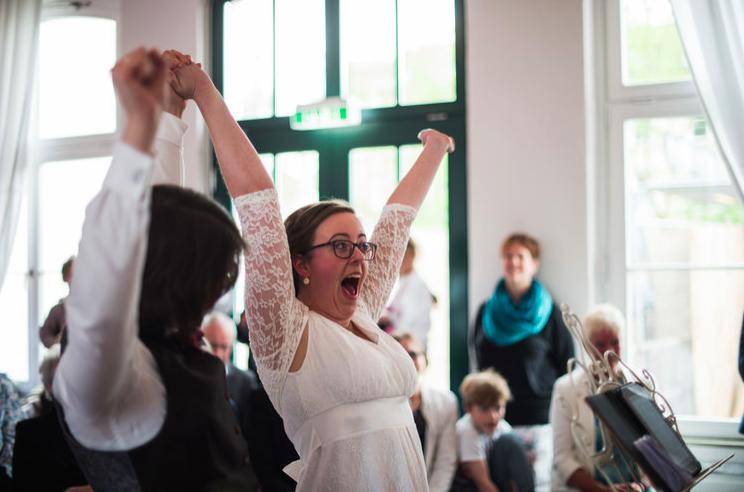 Die freie Trauung in Düsseldorf, finde Tipps und Inspiration für die Regenbogenhochzeit in Düsseldorf, NRW, Hochzeitsreportage, gefunden auf philosophylove.de aus Düsseldorf und Osnabrück
