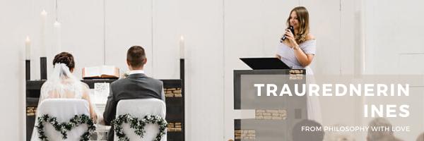 Hochzeitsrednerin Ines Würthenberger von Philosophy Love spricht eine emotionale Hochzeitsrede in einer Eventkirche an das Brautpaar im Rahmen einer freien Trauzeremonie in Düsseldorf.