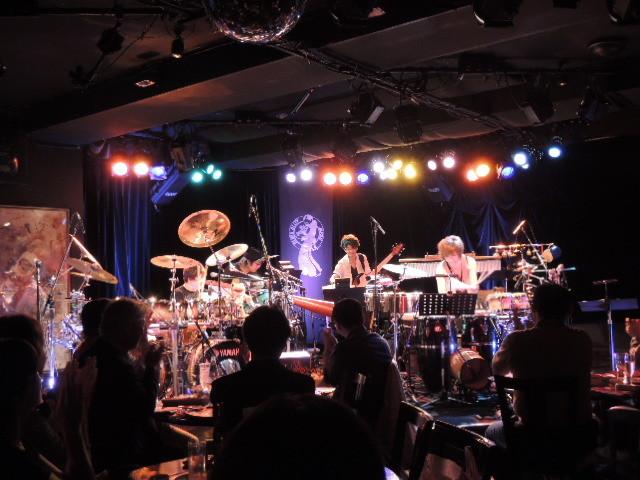 ステージ上にはKOZOさんのドラムセットとYOUさんのパーカッションセットが。楽器いの多さでも既に戦いが...。