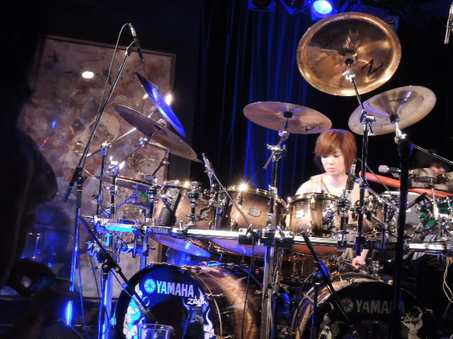 KOZOさんのドラムセットでドラム初挑戦のYOUさん