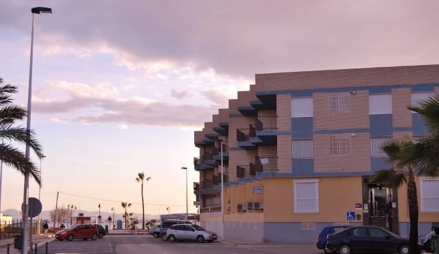 Fachada Apartamentos Sol y Lodo al fondo Playa de Villananitos
