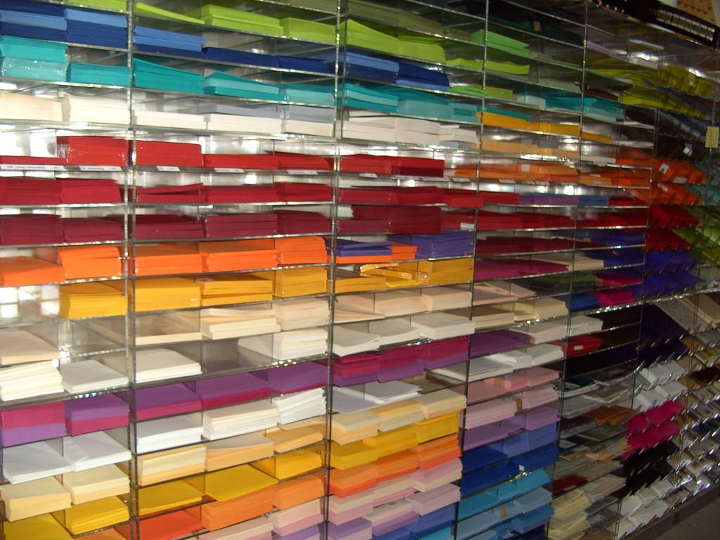 Papier, Karten und Umschläge in vielen Farben und Größen