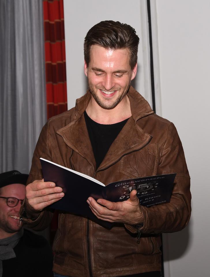Alex und das Glückwunschbuch von seinen Fanclubmitgliedern   © Offizieller Alexander Klaws Fanclub