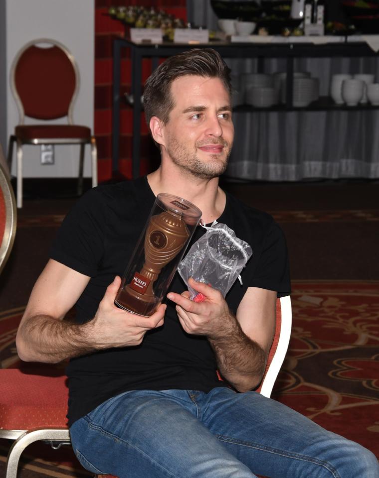 Alex und sein Schokopokal für alle gelösten Scharade-Rätsel   © Offizieller Alexander Klaws Fanclub