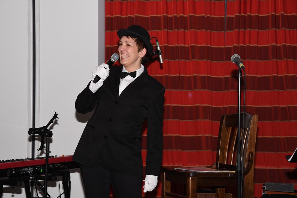 Simone präsentiert ihr Gedicht über die Let's Dance-Zeit im originellen Kostüm   © Offizieller Alexander Klaws Fanclub