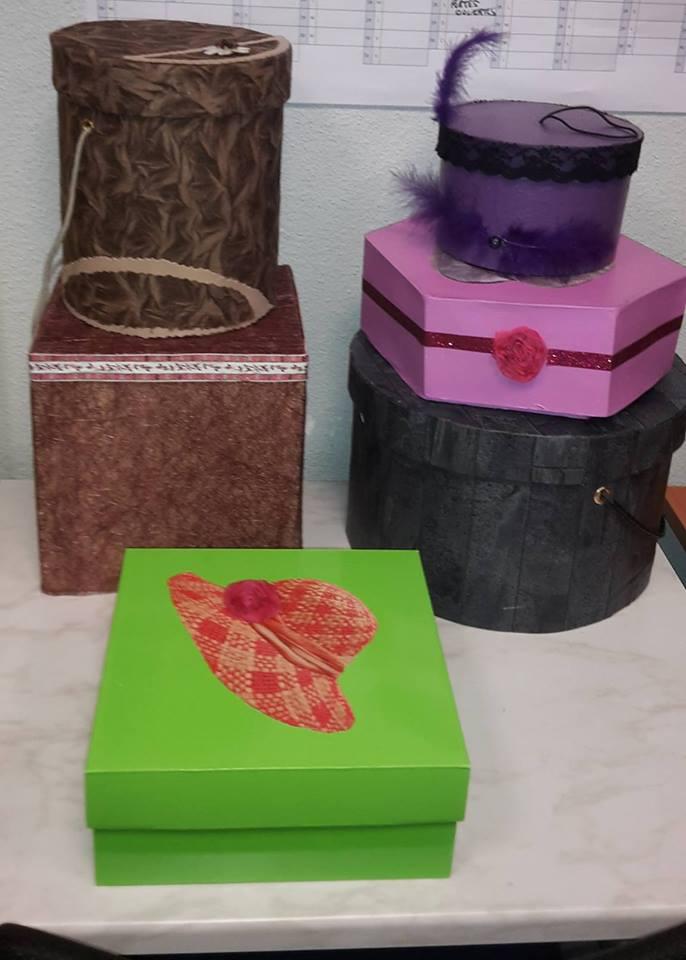 boites en cartons recyclé peintes et habillées