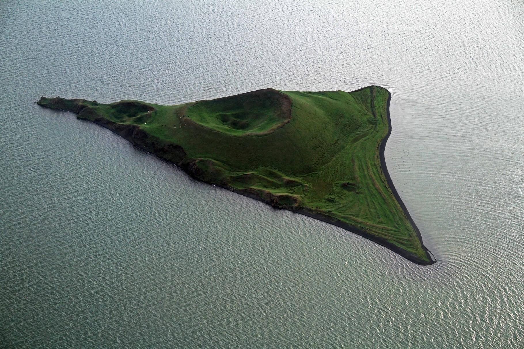 Blick auf einen Pseudokrater im Myvatn-See