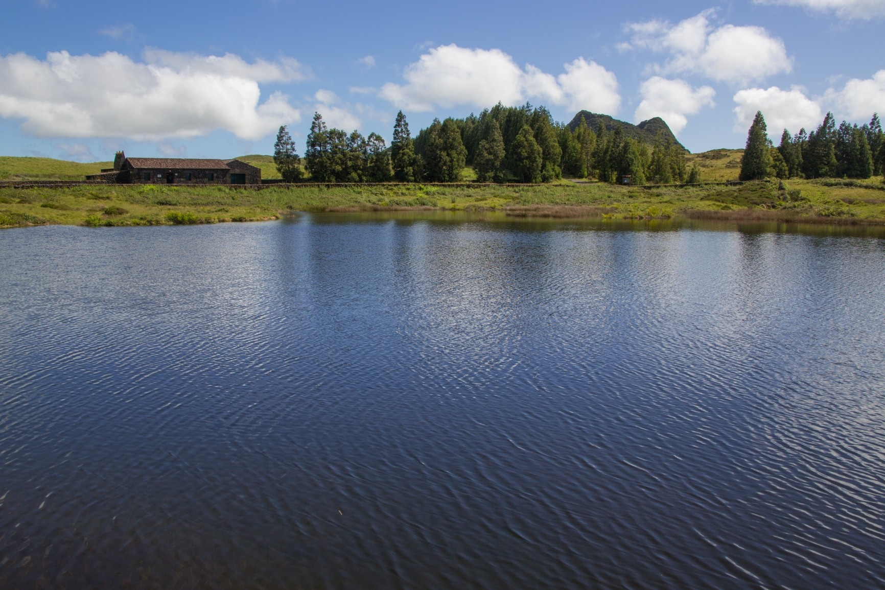 Terceira - idyllischer See vor der Gruta de Natal