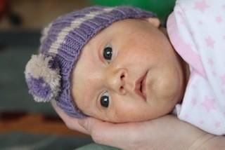Luisa, 6 Wochen alt, auf Mamas Händen getragen