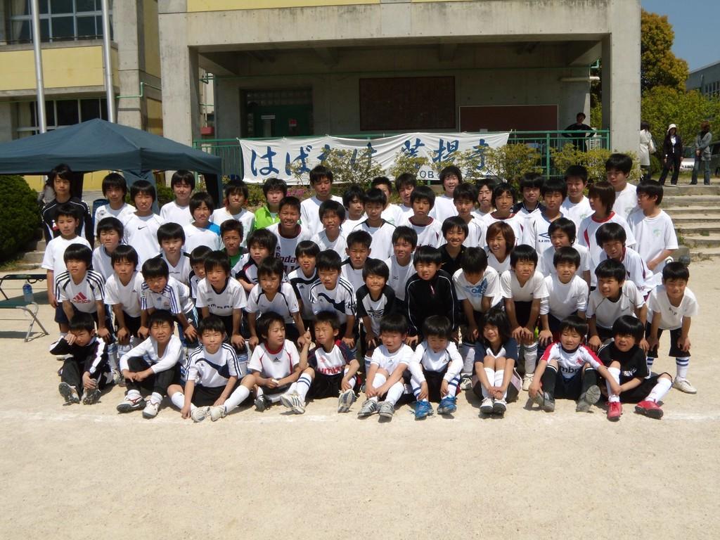 中学生のOBたちと団員たちの集合写真1