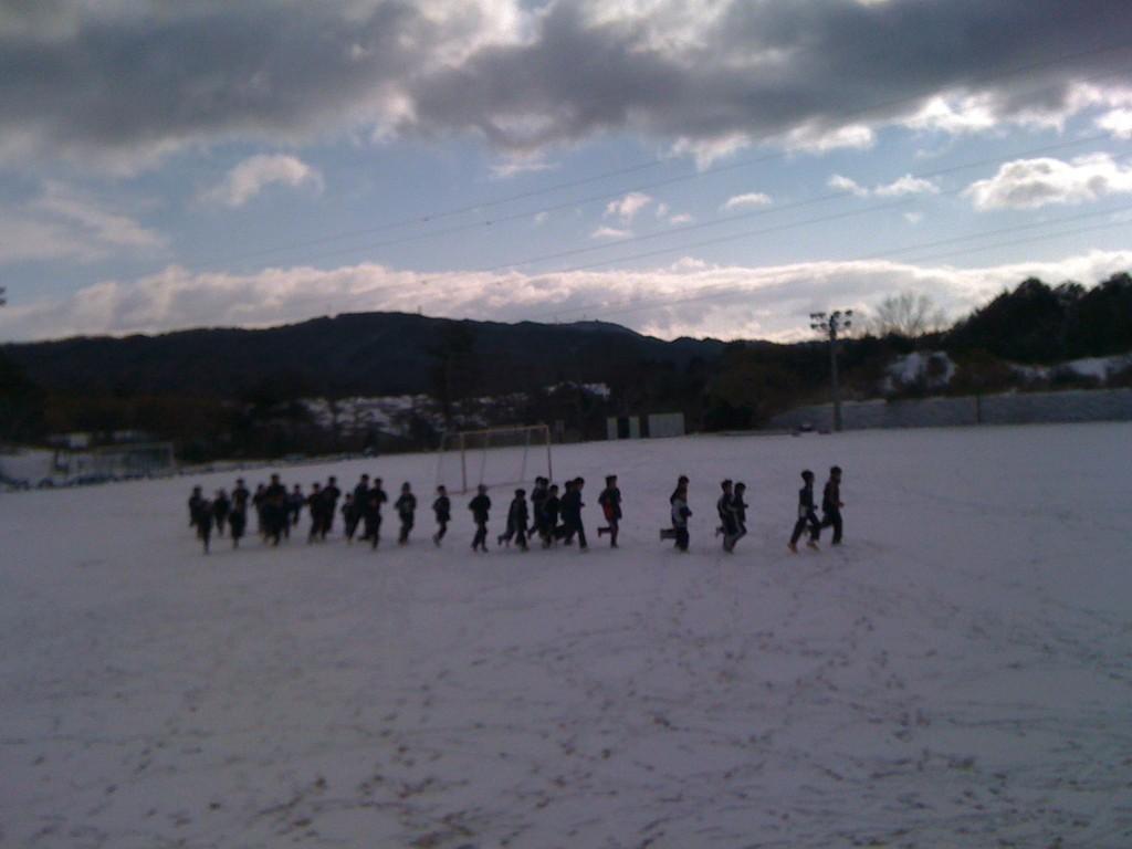 今季一番の冷え込みの中、みんな元気良く練習に励みます。グランド一面雪景色。