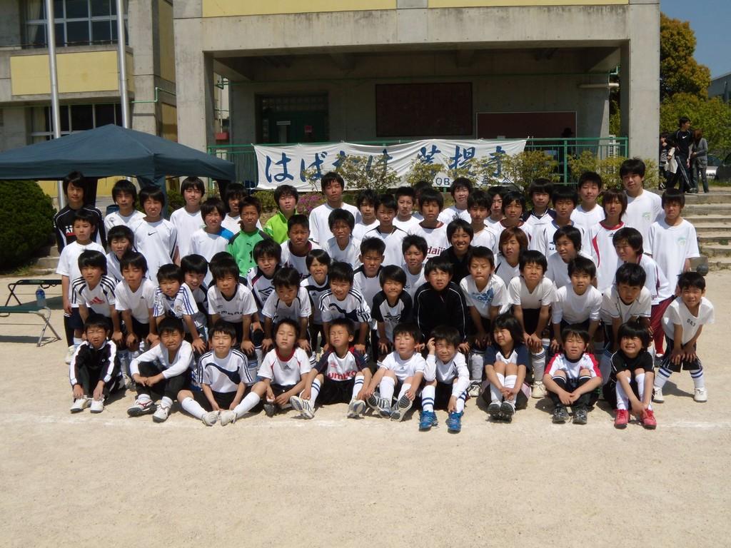 中学生のOBたちと団員たちの集合写真3