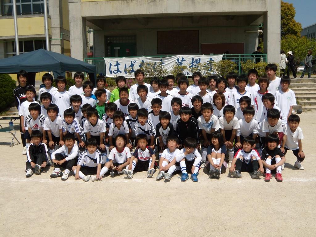 中学生のOBたちと団員たちの集合写真2