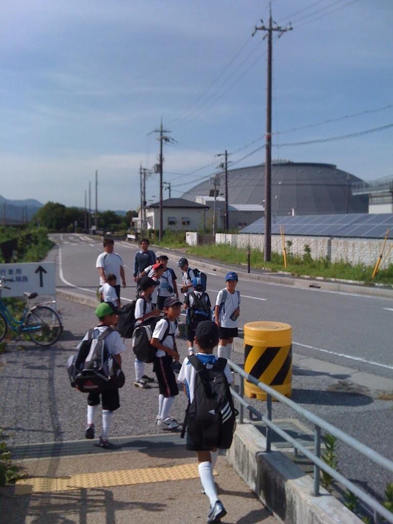 今日は3、4年生そろって公共交通機関でお出かけしました。JR田村駅から長浜ドームはすぐ近くでした。