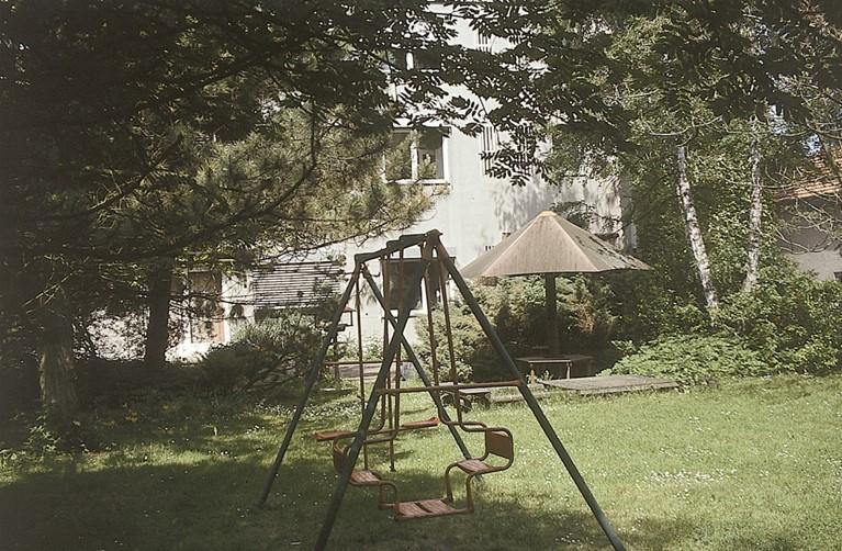 Der Garten und die rückwärtige Ansicht des Kinderkrankenhauses im Jahr 1984. Das Bild vermittelt die damals vorhandene Idylle und ist ein Abbild der harmonischen Atmosphäre im Hause.