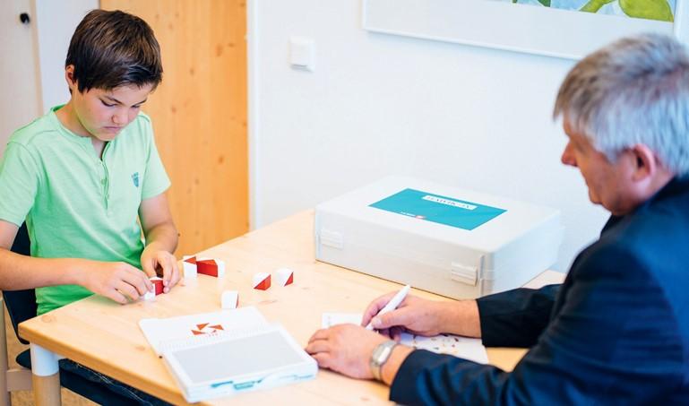 Zur Festlegung des Entwicklungsstandes eines Kindes oder Jugendlichen ist eine Testdiagnostik erforderlich. Hier wird eine standardisierte Testung mit dem WISC (früher HAWIK) zur Ermittlung des Entwicklungs-(Intelligenz)Quotienten durchgeführt.