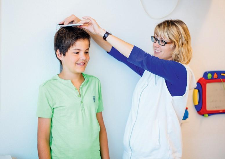 Bei der Untersuchung und Behandlung von Kindern und Jugendlichen ist die Körpergröße ein wichtiges Maß diagnostischer Einordnung