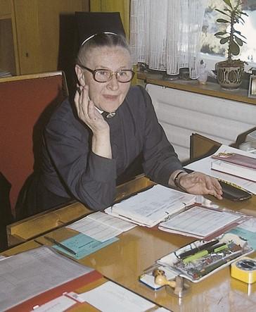Schwester Oberin Myra Nöth, die die Leitung des Kinderkrankenhauses ab 1955 innehatte. Das Foto wurde in ihrem Dienstzimmer einige Monate vor der Schließung des Kinderkrankenhauses 1984 aufgenommen.