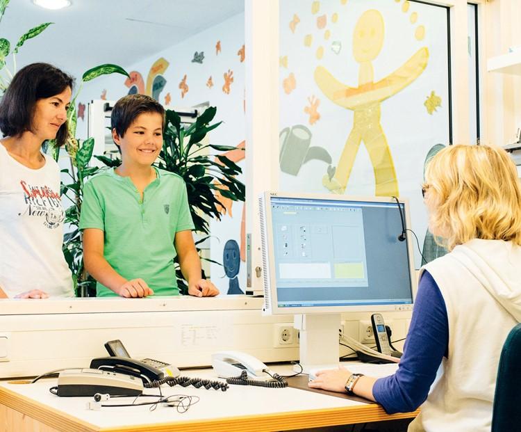 Zunächst erfolgt die Anmeldung zur Aufnahme der Patientendaten im Sekretariat der Praxis.