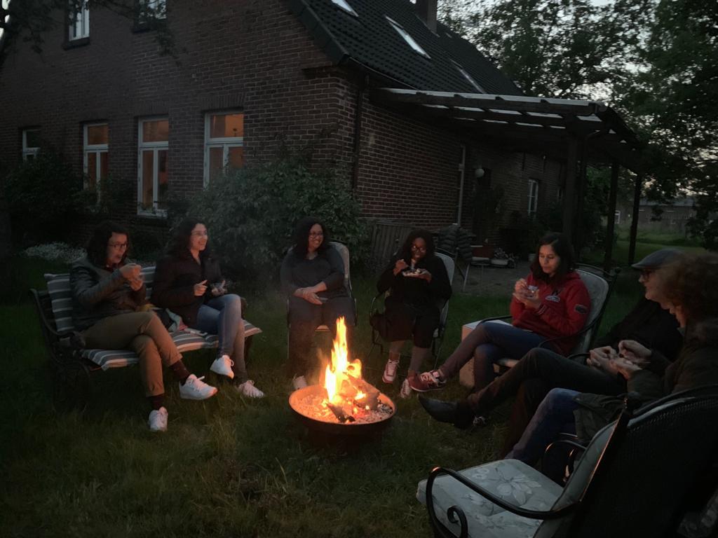 Gemütlich am Feuer sitzen nach dem Grillen