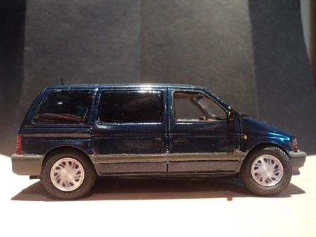 Der Familienvan in 1/43. Das blau métallisé ist Originalfarbe, der Lack ist gut - glitzert auf den Bildern zu stark
