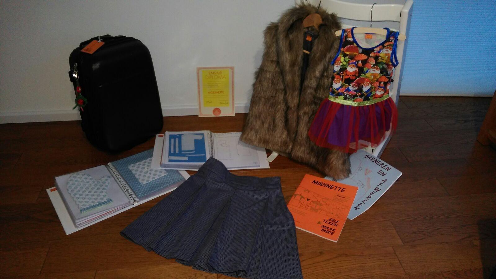 De koffer vol met gemaakte spullen voor het 1e examen Modinette.