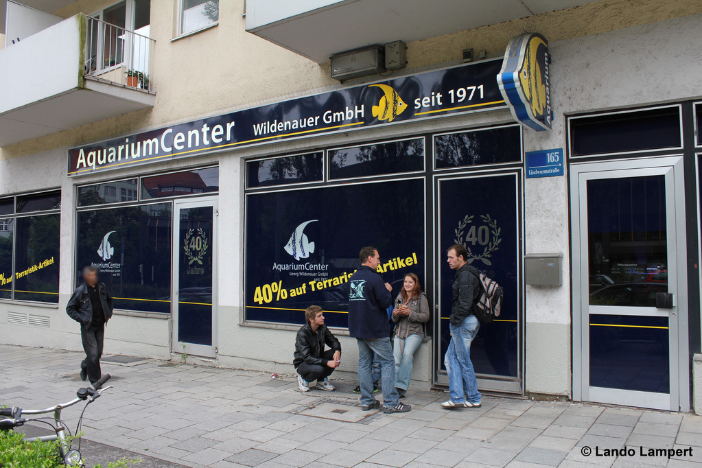Vor dem AquariumCenter Wildenauer in der Lindwurmstraße