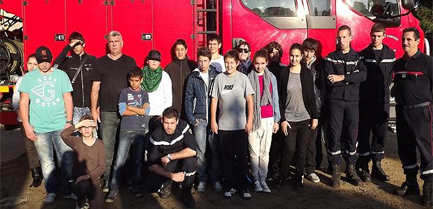 Les élèves et leurs accompagnants posent pour la photo souvenir avec les pompiers de l'Ile-Rousse