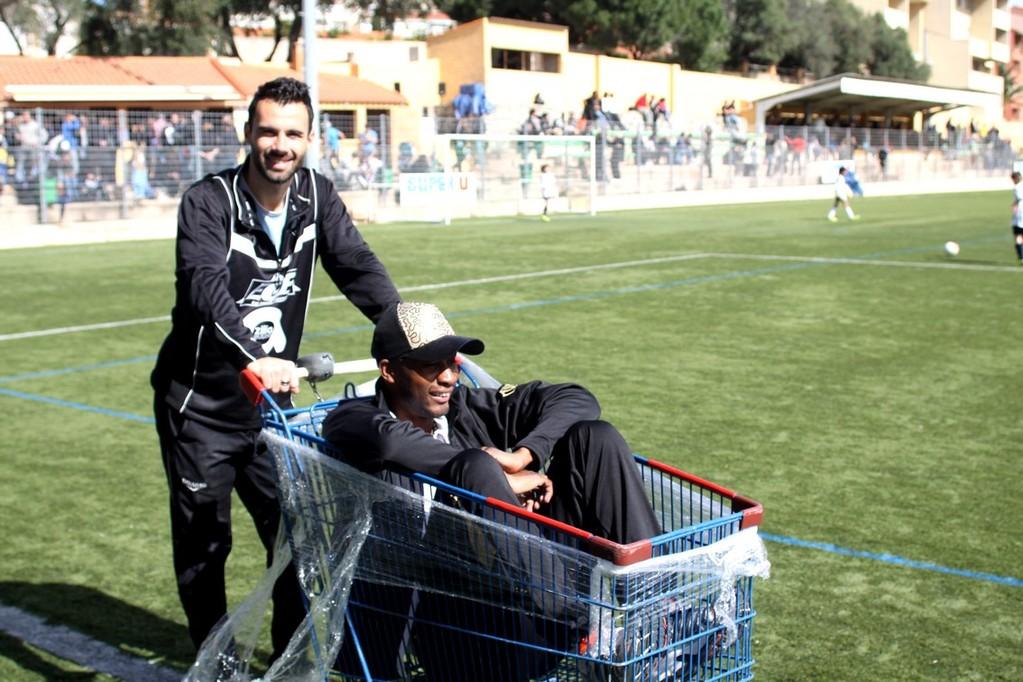 Promenade en caddie pour Bertin d'Avesne poussé par Inzerillo avant le matche contre le PSG