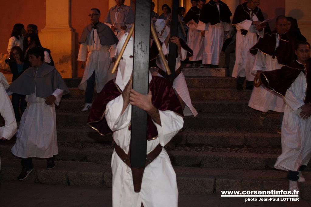 L'un des trois pénitents portant sa croix