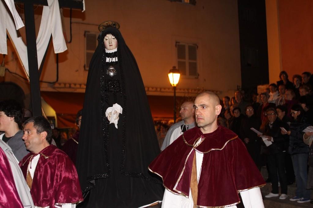 La Vierge des douleurs  habillée de noir