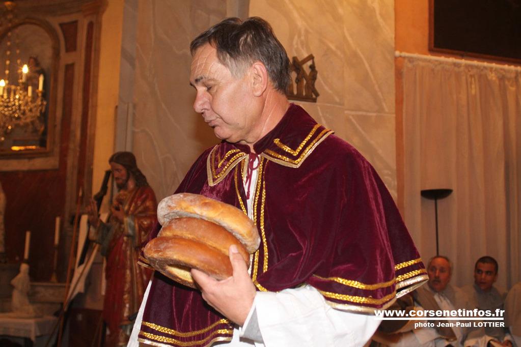 Le prieur de Saint Erasme distribue les Canistrellis bénis