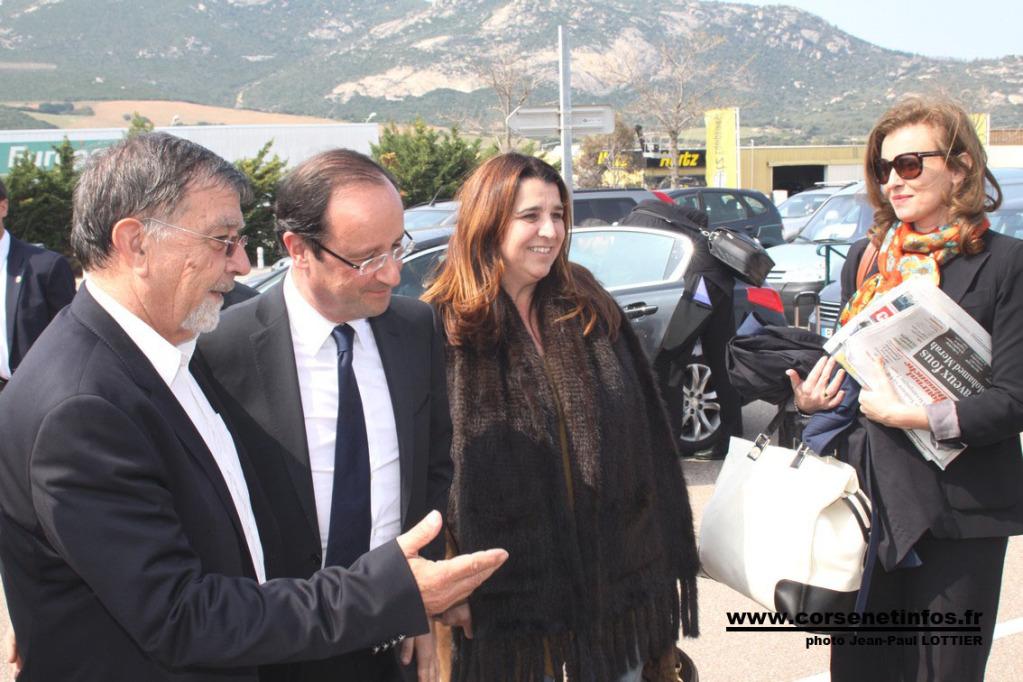 Entouré de Hyacinthe Mattei et Angèle Bastiani, François Hollande et sa compagne Valérie Massoneau