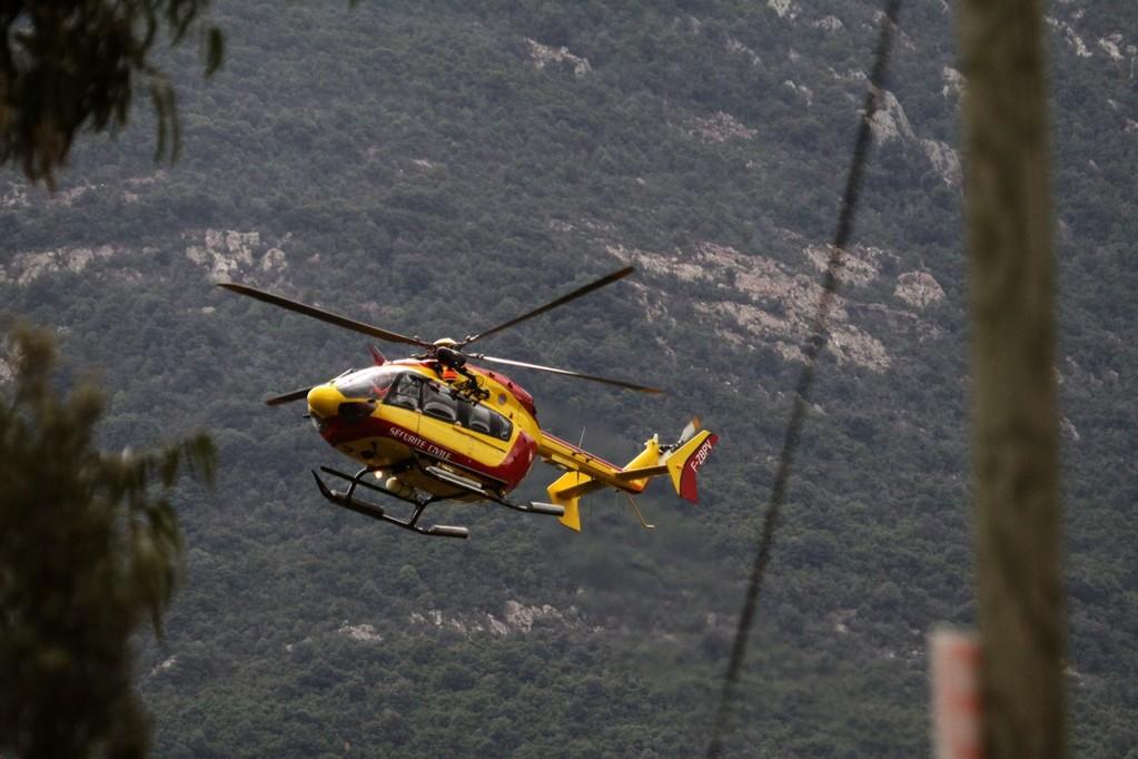 L'hélocoptère a longuement cherché un endroit pour pouvoir se se poser