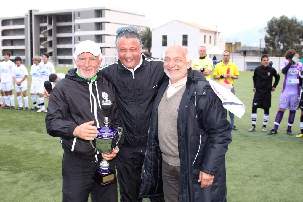 Francis Thierry (à gauche) récompensé par Didier Bicchieray et Gérard Giuliani pour ses 33 ans au service de la JS Ajaccio