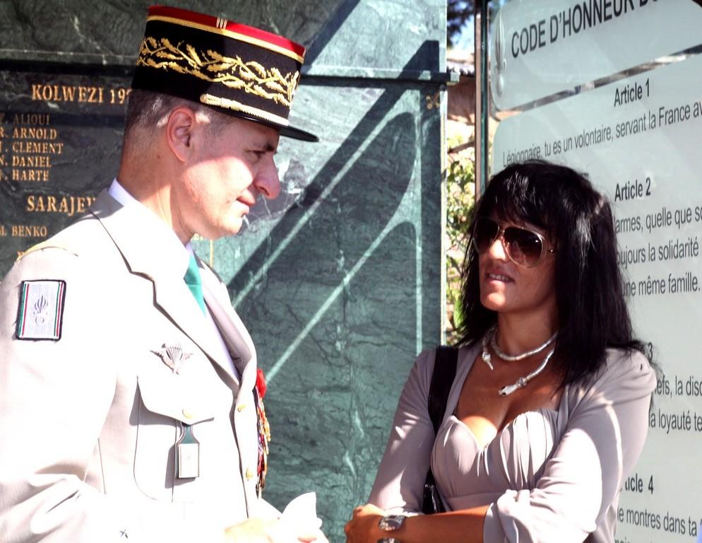 Devant le Mémorial la veuve du Sergent Penon en conversation avec le général Saint Chamas