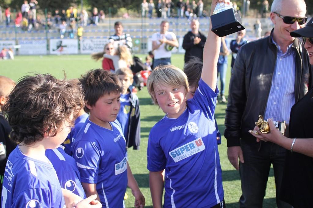 Le capitaine dePonte-Leccia lève la coupe du finaliste